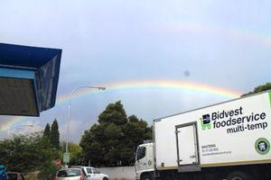 突然の雷雨の後、虹の国に虹がかかる=11日、ヨハネスブルク、江木慎吾撮影