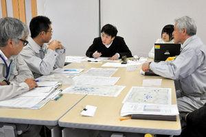 写真:早稲田大法科大学院の学生が、原発事故後の避難の状況を町職員から聞き取った=18日、二本松市の浪江町役場