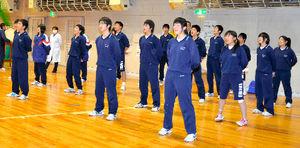 写真:「伝統の応援歌」を歌う大川中の生徒たち=石巻市