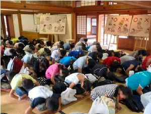 写真:会津若松市の「會津藩校日新館」で、武士の子が習った礼儀作法を学ぶ子どもたち=昨年9月、新潟市立木戸小提供