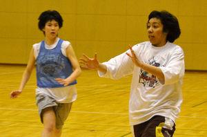 写真:JXに入団する中村優花選手(右)=弘前市豊原1丁目
