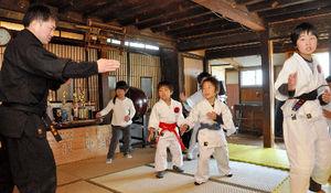 写真:「忍者先生」の宮下晃さん(左)に忍術を習う子どもたち=長野市