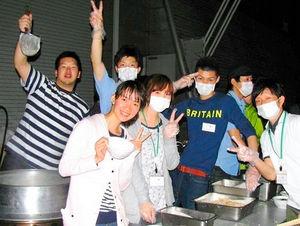 写真:2011年6月、福島県郡山市の避難所でベトナム料理を提供したチャムさん(左から2人目)と仲間ら=チャムさん提供