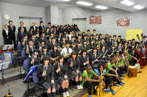 写真:交流会を楽しんだ東北高校音楽部とコロンビアの子どもたち=22日午前10時44分、仙台市泉区東北高校泉キャンパス