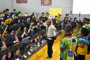 写真:セサル先生の指揮で合同演奏をする東北高校音楽部とコロンビアの子どもたち=22日午前10時25分、仙台市泉区東北高校泉キャンパス
