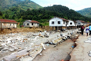 地盤が流され、基礎が露出した川沿いの住宅