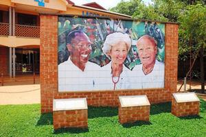 グルのラチュル病院の入り口。左端がエボラ出血熱の患者の治療の末、感染して亡くなったマシュー・ルキヤ医師