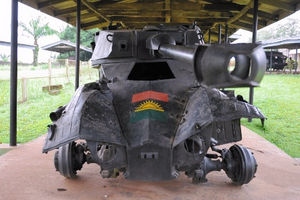 ビアフラ軍の戦闘車両。前に描かれたのはビアフラ国旗=いずれも8日、中野智明氏撮影