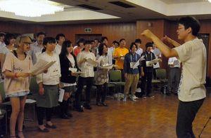 写真:三好さんの指揮指導で歌う「白浜坂高校合唱同好会」のメンバー=文京区