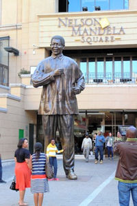 ネルソン・マンデラ広場に立つマンデラ像=いずれも江木慎吾撮影