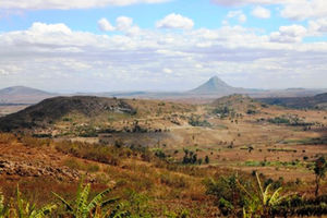 国境の道から望むモザンビーク