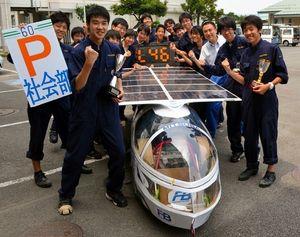 写真:ソーラーカーレース鈴鹿を制した平塚工科社会部員たち