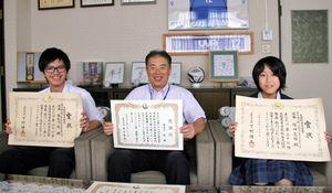 写真:全国高校総合文化祭での個人戦優勝を栃木市長に報告した癸生川さん(左)と塚田さん(右)=栃木市役所、市提供