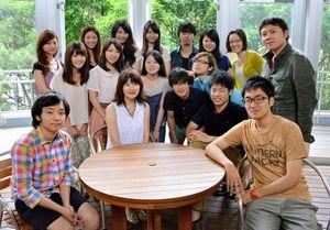 写真:パラグアイの調査・視察に行く横浜国大の学生たち。座席左から2人目は藤掛教授=横浜市保土ケ谷区
