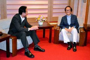 写真:花巻市の大石満雄市長と対談する冨田勲さん(右)=市文化会館