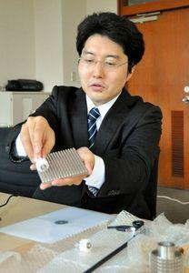 写真:全方向に駆動する仕組みを解説する多田隈准教授=山形大工学部