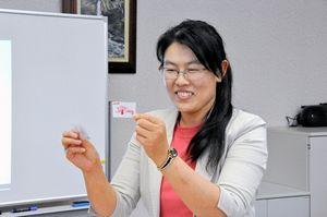 写真:透明な形状記憶ゲル素材を開発した宮瑾・特任助教=山形大工学部