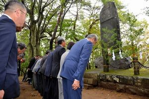 写真:御野立記念碑に向かって頭を下げる祭りの参加者たち=岡谷市の塩嶺御野立公園