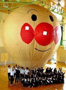 写真:19日には巨大なアンパンマン紙気球を体育館で4回、膨らませる=大泉町北小泉2丁目