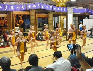 写真:「証城寺の狸囃子」に合わせて子狸に扮した子供たちが踊った=木更津市富士見2丁目の證誠寺