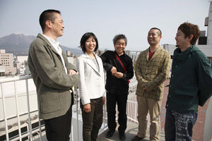 写真:マルヤガーデンズを生んだ玉川恵社長(左から2人目)、ナガオカケンメイ(中央)、山崎亮(右から2人目)ら。