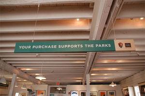 写真:「YOUR PURCHASE SUPPORTS THE PARKS」。思わず、財布のひもがゆるむ