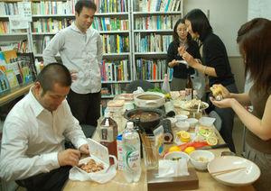 写真:大阪にある事務所では、スタッフと食卓を囲むことが多い。