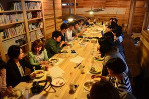 写真:昨年5月には、山崎亮(奥)以下、スタッフ全員による合宿を開いた。