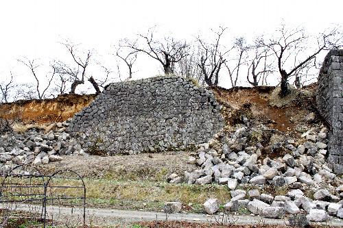 写真:国史跡・小峰城跡の本丸の石垣。東日本大震災で崩落した=福島県白河市教委提供