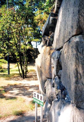 写真:「孕み」を起こした高松城の石垣。このあと03年の台風で崩れた=高松市教委提供