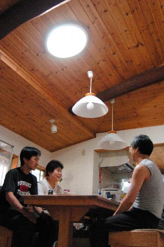 写真:太陽光照明システムを設置した森口さん宅。昼間は100ワットの電球をつけることはない。「太陽の光で朝から気持ちも明るくなります」=大津市