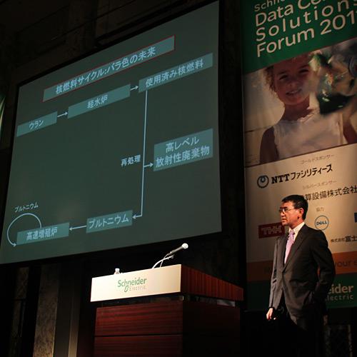 写真:河野太郎議員:政府が提唱してきた「核燃料サイクルがもたらすバラ色の未来」のつまずきをひとつひとつ説明する河野議員=東京・芝のザ・プリンスパークタワー東京