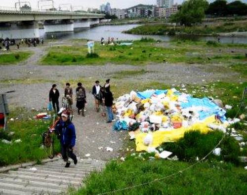 写真:バーベキューの後には大量のゴミ。コンロやテントまで捨てられていることも=2011年5月5日、東京都狛江市東和泉の多摩川河川敷、同市提供