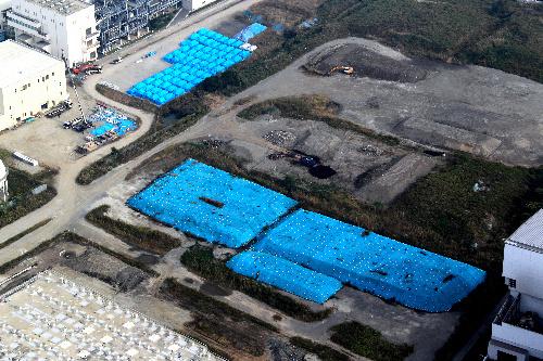 写真:ブルーシートに覆われ、野積みされた焼却灰=3日、横浜市鶴見区の市北部汚泥資源化センター、朝日新聞社ヘリから、堀英治撮影