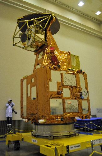 写真:報道陣に公開された水循環変動観測衛星「しずく」。高さは約5メートル=茨城県つくば市