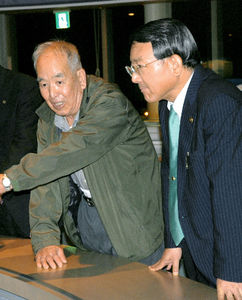 写真:「ええ町になった」と振り返る野田之一さん(左)に、田中俊行市長は「裁判を起こしてくれた成果だ」と応じた=2011年11月、三重県四日市市内