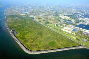 図:三重県がメガソーラーの誘致を進めてきた木曽岬干拓地=2006年、朝日新聞社ヘリから