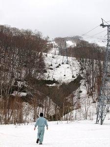写真:マレーシアのリゾート会社が取得したスキー場。くぼ地に町の水源地がある=4月26日、北海道ニセコ町