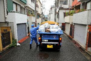 写真:狭い路地は軽トラック型の収集車でごみを収集する大阪市職員=25日、同市東淀川区、高橋正徳撮影