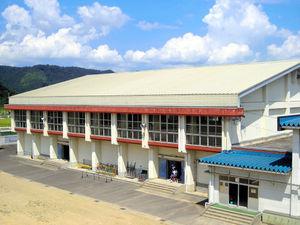 写真:太陽光発電事業者に貸し出す小学校体育館の南向き屋根の例=福井県越前市提供