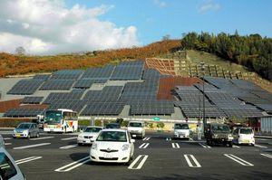 写真:大分自動車道山田サービスエリア(下り線)の駐車場脇に、太陽光パネルが並べられた=福岡県朝倉市