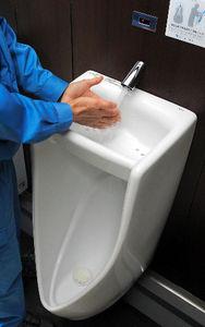 写真:山田SAにある手洗い付き小便器=福岡県朝倉市