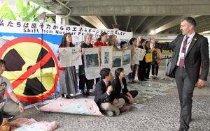 写真:リオ+20の本会議場で、各国の政府関係者に原発のない世界の実現を訴えるNGOメンバー=リオデジャネイロ