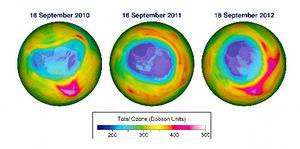 写真:衛星の観測データから推定した南極上空のオゾンホール状態を、左から2010、11、12の各年9月16日で比較した画像。青い部分でオゾン層が薄くなっている=世界気象機関提供