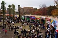 円形広場の様子。1年生が各専攻語地域の料理店を出し、毎年大盛況です。人気投票もあり、来場者の方々に珍しくておいしい料理を提供するために頑張っています。