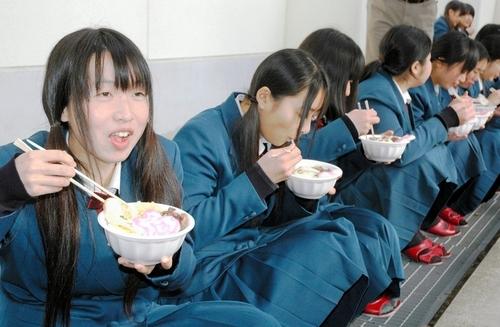 写真:PTAの「合格うどん」に舌鼓を打つ受験生ら