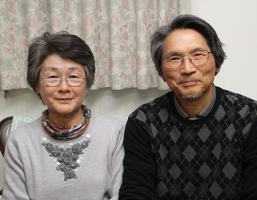 写真:堀込夫妻:宮城県石巻市長面の自宅を津波で流され、現在は仙台市内で暮らす堀込光子さん(左)と智之さん夫妻。「釣石神社が元気になってほしい」と願う