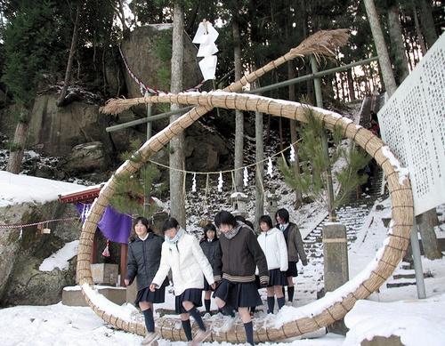 写真:釣石神社2005年:合格を祈願し、茅の輪をくぐる中学生ら=2005年12月20日、宮城県石巻市北上町の釣石神社
