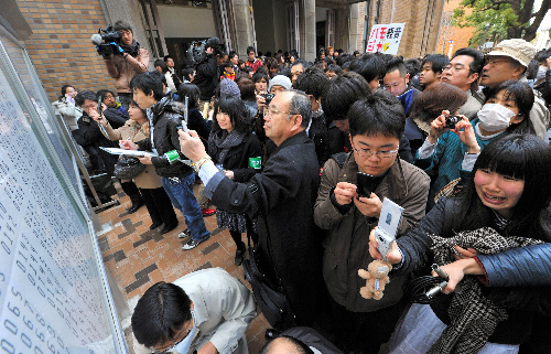 写真:入試不正事件が起きた今春、京都大の合格発表は例年通り悲喜こもごもだった=3月10日、京都市左京区