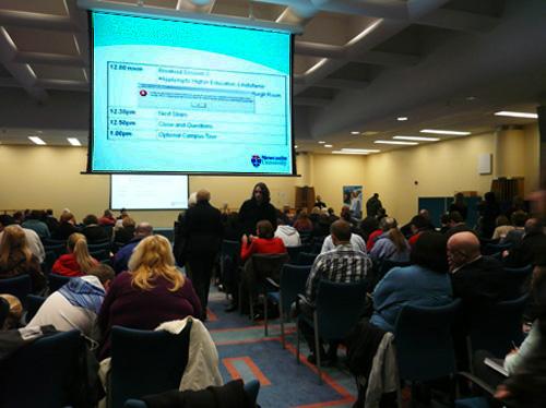 写真:英国の大学入学説明会:大学主催の入学説明会。大学の紹介、入学までの手順などの説明が行われた